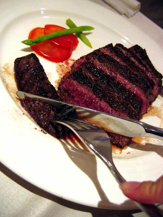 在西餐厅吃牛排是很常见的事情,可以说,吃牛排的礼仪是吃西餐的礼仪中最关键的环节之一。  西餐中的牛排:吃西餐牛排首先我们要了解牛排的分类,以免闹笑话,或者点到自己不喜欢吃的。在北京西餐厅里牛排可以按部位分为多种,有菲力、西冷、T骨等等。价格差别比较大。吃牛排服务员会问您要几分熟的和选什么调味汁,正规的表达牛排熟度只有一分、三分、五分、七分、全熟这几种。选全熟肉过老,五分以下一般人会觉得不太能接受,七分熟就比较适中。调味汁,可选择黑胡椒汁,这是最受欢迎,也是大家普遍能接受的口味。 需要注意的是西餐的牛排在烹